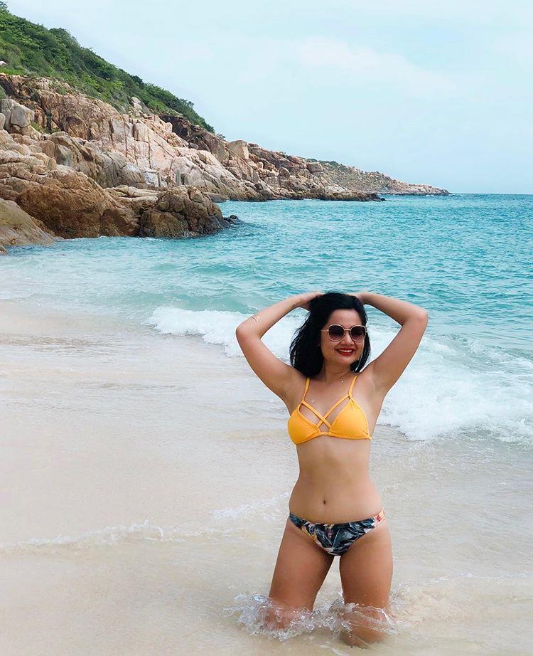 cô-gái-bikini-ở-biển-bình-tiên