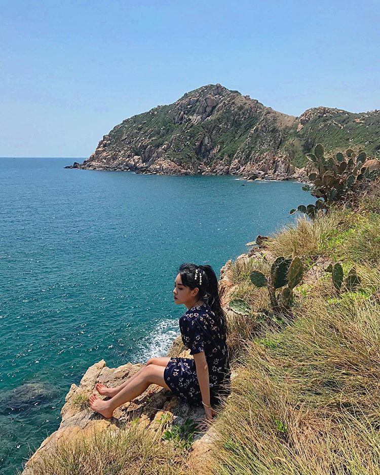 cô-gái-chụp-hình-ở-mép-biển-đảo-bình-hy
