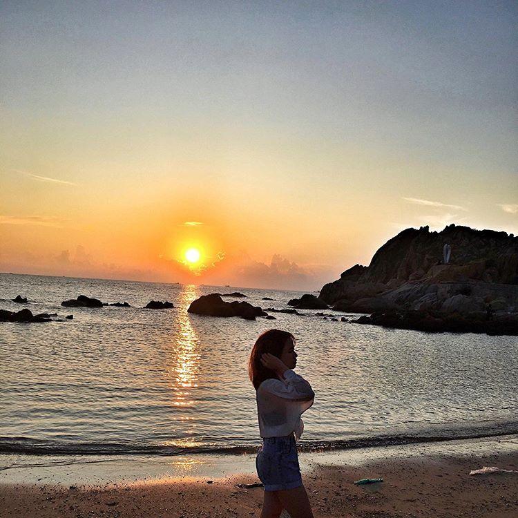 cô-gái-chụp-hình-chiều-bình-ba-ở-bãi-biển