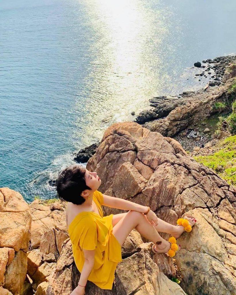 cô-gái-chụp-hình-nghệ-thuật-bên-bờ-đá-côn-đảo-1