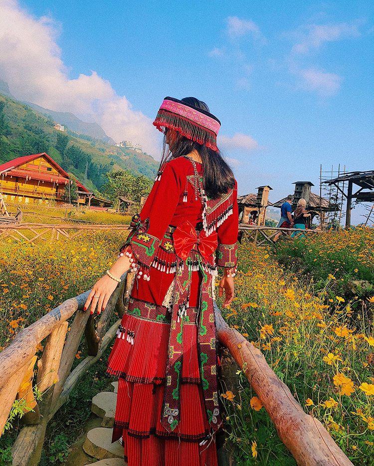 chụp-ảnh-ở-vườn-hoa-bản-cát-cái-sapa-của-cô-gái-dân-tộc