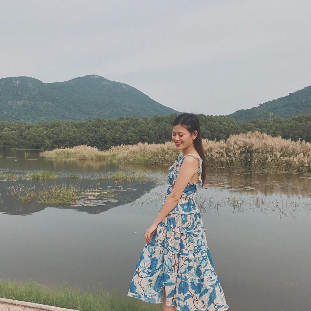 em-gái-chụp-hình-bên-bờ-hồ-ở-côn-đảo