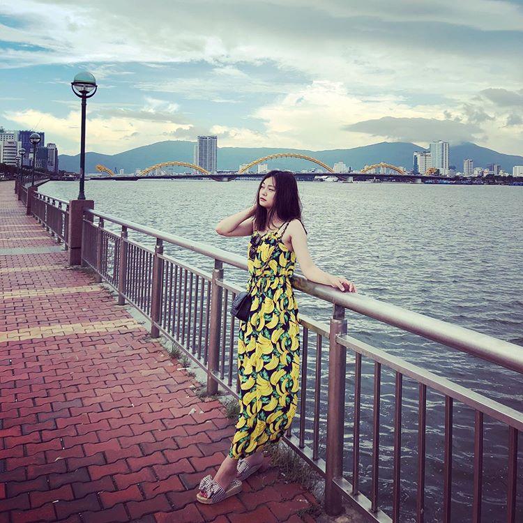 em-gái-chụp-hình-cạnh-sông-hàn-cầu-rồng-đà-nẵng
