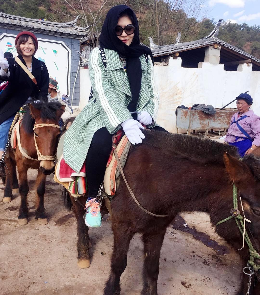 đoàn-nữ-nhi-tham-gia-cưỡi-ngựa-ở-lashihai-tea-horse