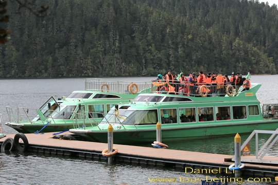 Một-số-du-khách-chọn-đi-tàu-qua-hồ