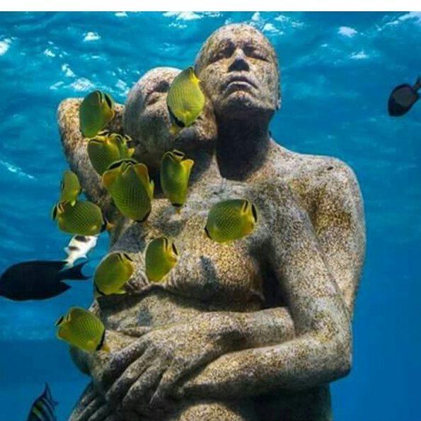 bức-tượng-tình-nhân-ôm-nhau-ởi-đái-biển-đảo-Men-Gili