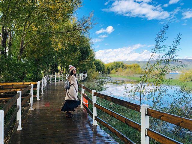 cô-gái-chụp-hình-ở-cầu-đi-bộ-quanh-hồ-lashihai