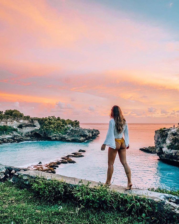 cô-gái-chụp-hình-check-in-bờ-biển-đảo-Nusa-Ceningan-siêu-hot