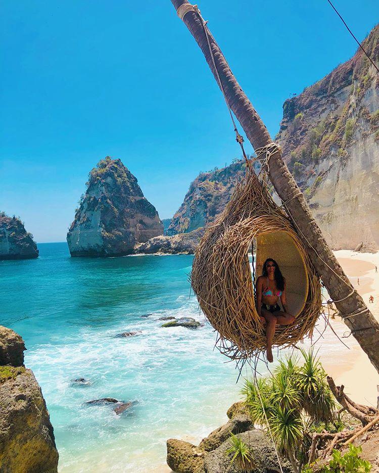 cô-gái-tây-với-bikini-bên-tổ-chim-cảnh-bờ-biển-đảo-Nusa-Penida