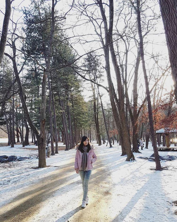 cô-gái-trẻ-tung-tăng-trong-đầu-đông-ở-seoul