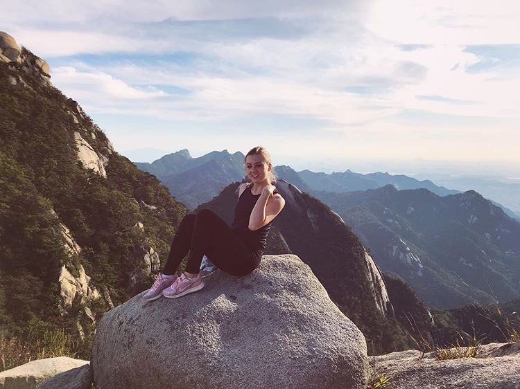 cô-gái-trử-check-in-ở-núi-Bukkhansan-hàn-quốc