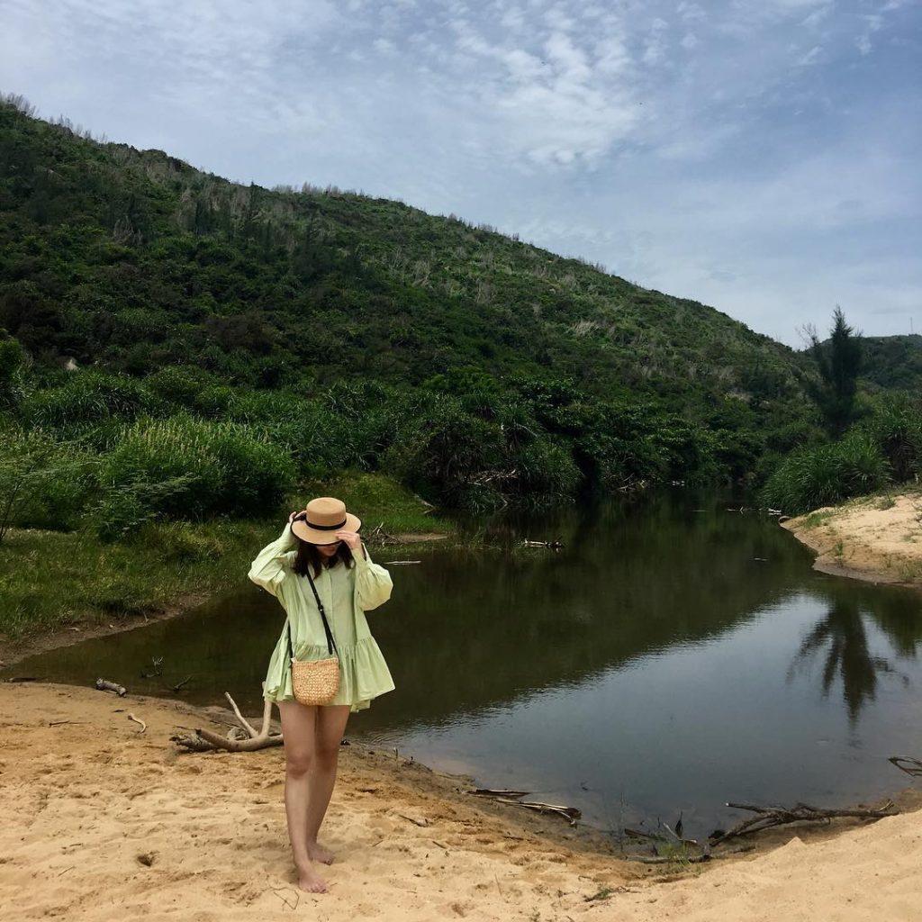 em-gái-chụp-hình-ở-bãi-môn-tại-bờ-cát-vàng-cạnh-bờ-hồ