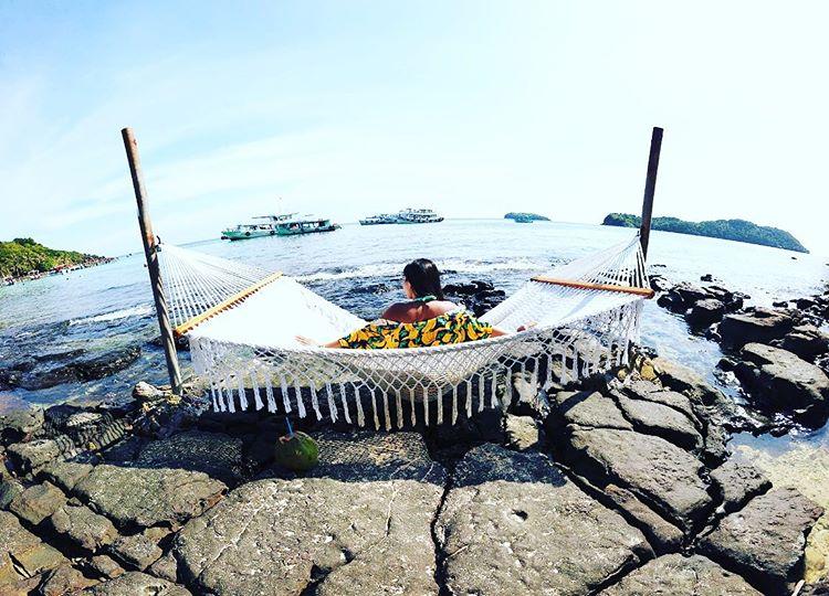 em-gái-chụp-hình-bên-võng-ở-bờ-biển-phú-quốc