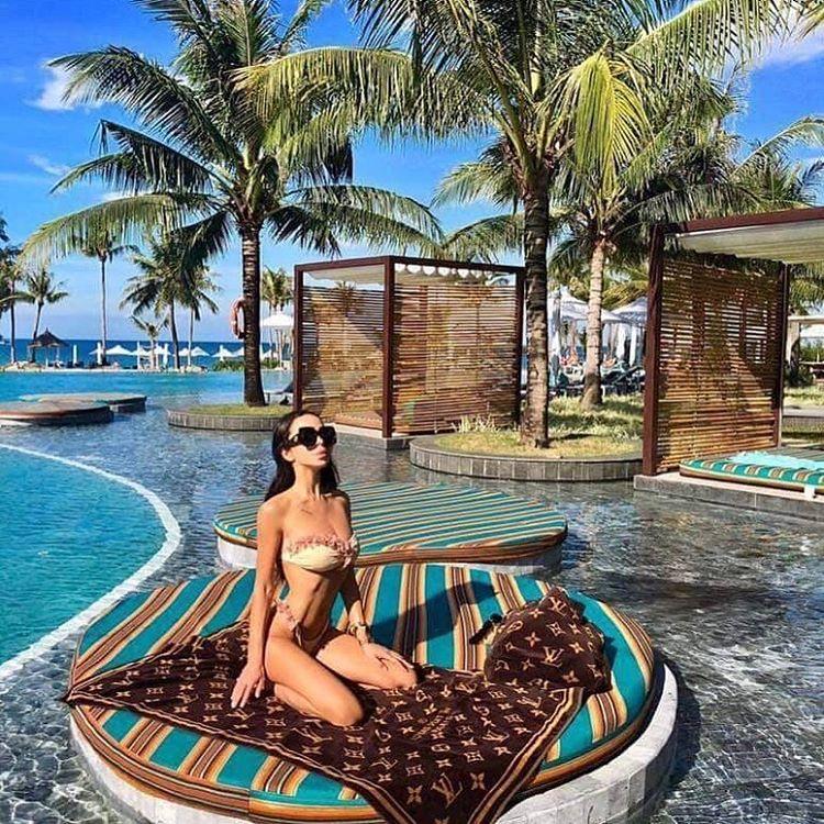 em-gái-tây-check-in-khách-sạn-ở-phú-quốc-bên-bể-bơi-siêu-đẹp