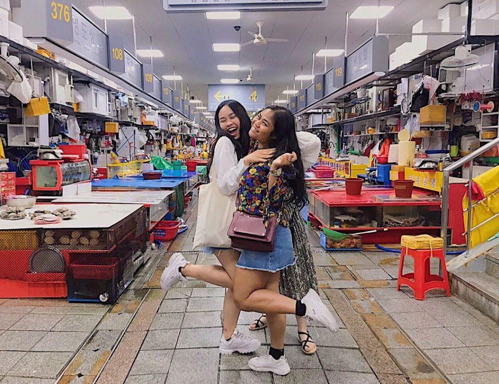 hai-cô-gái-siêu-ngầu-check-in-ở-chợ-cá-Jagalchi