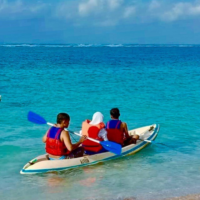 nhom-nam-nu-choi-kayak-bali